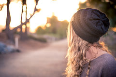 Winter-Sonnenuntergänge mit blondem Modell Lizenzfreie Stockfotos
