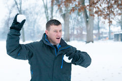 Winter-Spaß: Schneeball-Kampf Lizenzfreies Stockbild