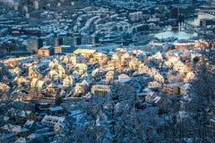 Winter-Stadt-Szene mit Vogelperspektive von Sonnenschein Bergen Centers morgens stockbild