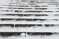 Winter Stein-ledder mit Schneeschuhdrucken Stockbilder