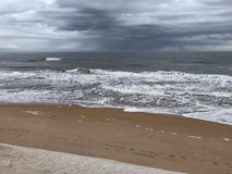 Winter-Strand mit Sturm auf Horizont stockbilder