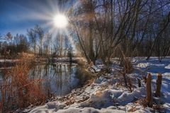 Free Winter Sunny Day On The River. Frost And Sun Royalty Free Stock Image - 141265346