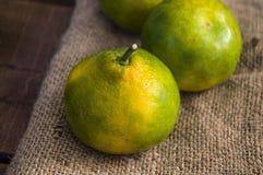 Winter trägt auf Bretterboden, Quitte, Granatapfel, Mandarinenbilder Früchte Stockfotos