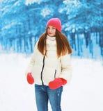 Winter und Leutekonzept - hübsche Frau, die in Winter geht Stockfotografie