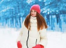Winter und Leutekonzept - hübsche Frau draußen Stockbild