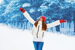 Winter und Leutekonzept - hübsche Frau freut sich Winterwetter Lizenzfreie Stockbilder