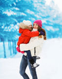 Winter und Leutekonzept - junger gehender Winter der Mutter und des Kindes Lizenzfreies Stockbild