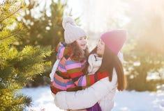 Winter und Leutekonzept - Mutter und Kind, die das Spaßspielen haben Lizenzfreie Stockfotos