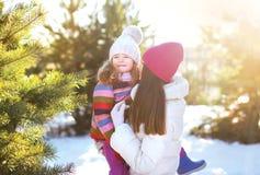 Winter und Leutekonzept - Mutter und Kind, die Spaß haben Lizenzfreie Stockfotografie