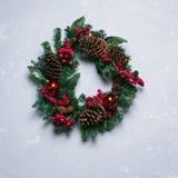 Winter- und Weihnachtskranz mit Kiefernkegeln Stockfotografie
