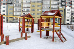 Winter van de de schommelingskabel van speelplaats de houten rode huizen Stock Foto's
