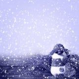 Winter van het sneeuwman de blauwe houten paneel Stock Afbeeldingen