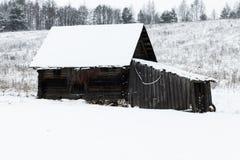 Winter, viel Schnee Alter hölzerner Stall Stellung im Ödland lizenzfreie stockfotografie