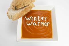 Winter-Wärmer-Tomatesuppe mit krustigem Brot Lizenzfreie Stockbilder