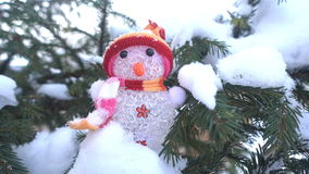 Winter, Weihnachten, Fichtenzweige unter dem Schnee, Weihnachten formt auf die Niederlassungen gezierten HD Lizenzfreie Stockfotos