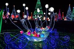 Winter-Weihnachtsdekorative Lichter mit Hintergrundweihnachtslichtlocke stockbild