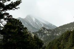 Winter in Winter Pyrenäen-Bergen Blizzard und schneebedeckte Bergspitzen auf Hintergrund Stockfoto