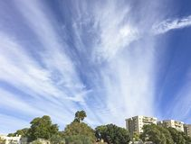 Winter-Wolken über Arad im Negev in Israel stockbilder