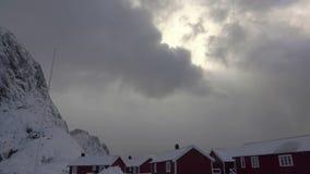 Winter-Wolken verdicken über norwegischen Häusern Wolken bewegen sich nah an der Gebirgsspitze stock video