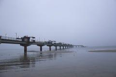 Winterabend auf dem Pier in Miedzyzdroje Lizenzfreie Stockfotografie