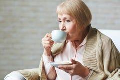 Winterabend mit Tasse Kaffee Lizenzfreies Stockbild