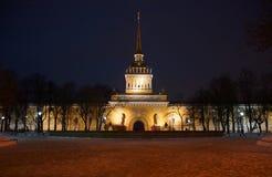 Winterabend und -brunnen bei der Admiralität Lizenzfreies Stockbild