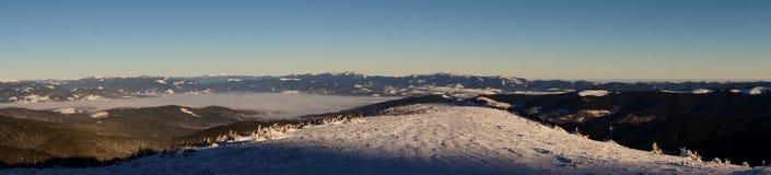 Winterabenteuer Früher Morgen mit hellen flaumigen Wolken karpaten ukraine lizenzfreies stockbild