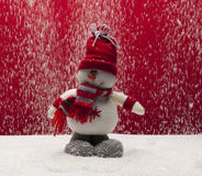 Winterankunftskonzept mit Schneemann Gekleideter roter Schal und Hut im Schnee draußen unter Front View Geschossen auf Kennzeiche Lizenzfreie Stockfotografie