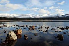 Winteransicht über Loch Morlich, Cairngorms, Hochländer, Schottland Stockfotografie