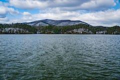 Winteransicht Carvin Cove Reservoirs und des Stümpers Mountain Lizenzfreie Stockfotografie