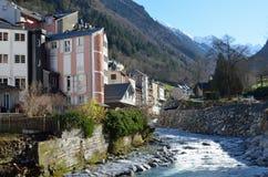 Winteransicht der Cauterets-Badekurortstadt Lizenzfreies Stockbild