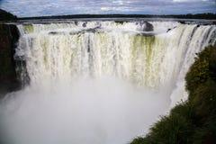 Winteransicht der Kehle die Iguaçu-Wasserfälle Teufels unter schweren Wolken führen Himmel Grenze von Brasilien und von Argentini stockfoto