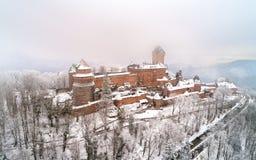 Winteransicht des Chateaus du Haut-Koenigsbourg in den Vosges-Bergen Elsass, Frankreich stockfoto