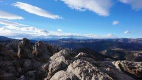 Winteransicht des felsigen Berges Stockbilder