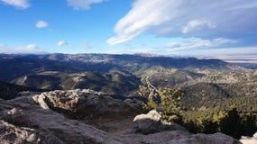 Winteransicht des felsigen Berges Stockfotos