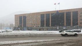 Winteransicht des Gebäudes der Kamchatka-Regions-Regierung Stadt Russlands, Petropawlowsk stock video