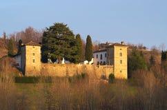 Winteransicht des mittelalterlichen Trussio-Schlosses stockbilder