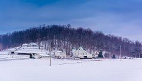 Winteransicht eines Bauernhofes und des Hügels in ländlichem Adams County, Pennsylvan Lizenzfreies Stockbild