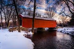 Winteransicht Loys der Stations-überdachter Brücke in ländlichem Frederick C Lizenzfreie Stockbilder