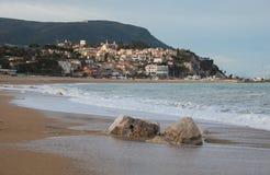Winteransicht von Numana-Stadt auf Adria-Meer in der Marken-Region lizenzfreie stockbilder