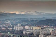 Winteransicht von Reihen von sozialistischen Turmblöcken Miskolc Ungarn stockfotografie