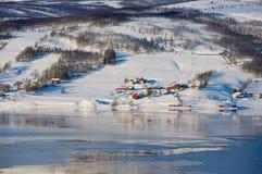 Winteransicht zu Lavangen-Fjord und zu Soloy-Dorf, Troms-Grafschaft, Norwegen lizenzfreie stockfotos