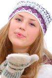 Winterart-Jugendliche, die Ihnen einen Kuss schickt Stockfotografie