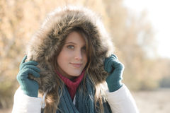 Winterart und weise - Frau mit Pelzhaube draußen lizenzfreie stockfotografie