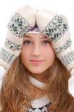 Winterartmädchen hält schuldbewusst Hände auf ihrem Kopf Lizenzfreies Stockfoto