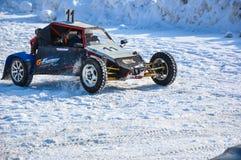 Winterautomobilsport auf behelfsmäßigen Maschinen. Stockfoto