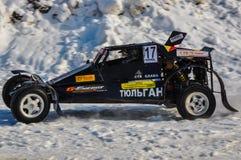 Winterautomobilsport auf behelfsmäßigen Maschinen. Stockbild