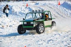 Winterautomobilsport auf behelfsmäßigen Maschinen. Lizenzfreies Stockfoto
