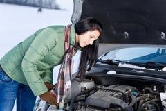 Winterautozusammenbruch - Frauenreparaturmotor Lizenzfreies Stockbild