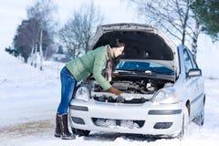 Winterautozusammenbruch - Frauenreparaturmotor lizenzfreies stockfoto